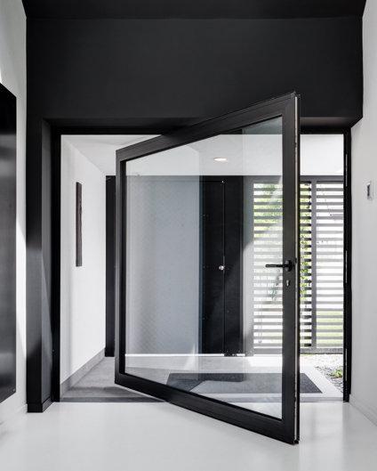 Drzwi piwotowe aluminiowe